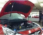 Упор капота Hyundai Solaris (комплект включает кронштейн).