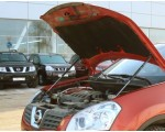 Упор капота Nissan Qashqai (2007).